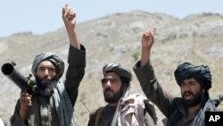 지난해 5월 아프가니스탄 헤라트 지역에서 반정부 무장단체 탈레반 병사들의 지도자의 연설을 들으며 환호하고 있다.
