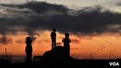 Niños kurdos juegan en las calles de Yemisli, en la provincia de Hakkari, cerca de la frontera con Irak.