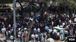 Para pekerja dan penduduk berkumpul di lapangan 'Angel de la Indepencencia' saat kota Meksiko diguncang gempa (20/3).