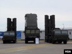 去年夏季莫斯科武器展上的S-400防空导弹系统(美国之音白桦)。
