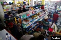 Para penyintas gempa dan tsunami mencari barang-barang di sebuah toko di Palu, Sulawesi Tengah, Selasa, 2 Oktober 2018.