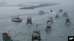Several dozen fishing boats flying Taiwanese national flags set out from the Suao harbor, northeastern Taiwan, to the disputed islands in the East China Sea, September 24, 2012.