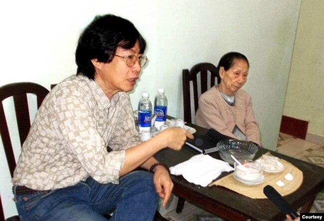 Dạy làm phấn nụ (ảnh tư liệu 2013). Tác giả bài viết bên trái hình.