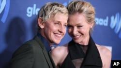 «الن دجنرس» (چپ) که همجنسگرا است، به همراه همسرش «پورشا دی راسی»