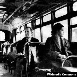 1956년 11월 미국 연방 대법원이 흑인과 백일을 차별하는 몽고메리시의 버스 좌석 규정이 헌법에 위배된다는 판결을 내린 후, 로라 팍스 여사가 버스 중간좌석에 앉아 창문 바깥을 바라보고 있다.