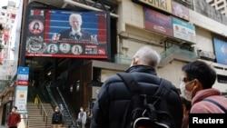 Người dân Hong Kong xem Tổng thống Mỹ Joe Biden phát biểu trên TV, 21/1/2021.