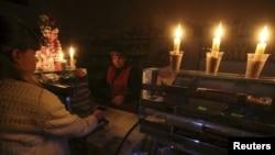 Một cửa hàng ở Simferopol, Crimea, phải đốt nến vì bị cắt điện ngày 22/11/2015.