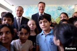 دیوید کامرون نخست وزیر بریتانیا همراه وزیر آموزش لبنان از مدرسه پناهجویان سوری در لبنان بازدید کرد.