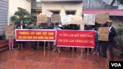 Một số dân oan tập trung tại nhà một người dân hôm 19/3 để ủng hộ lời kêu gọi biểu tình phản đối Formosa và chống hiểm hoạ Trung Quốc của LM Nguyễn Văn Lý. Hình minh họa.