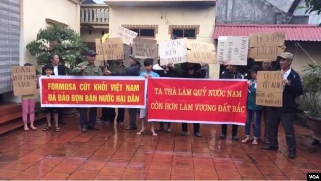 Một số dân oan tập trung tại nhà anh Hiếu hôm 19/3 để ủng hộ lời kêu gọi biểu tình phản đối Formosa và chống hiểm hoạ Trung Quốc của LM Nguyễn Văn Lý.