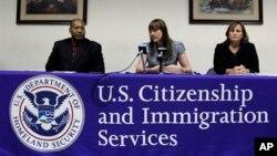 Kèk otorite imigrasyon amerikèn nan biwo USCIS la.