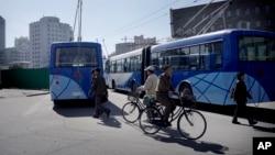 Người dân đạp xe trên đường phố ở Bình Nhưỡng, Bắc Triều Tiên.