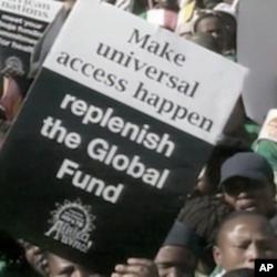 Des manifestants plaident pour un acces universel aux traitements anti-sida et un financement accru.