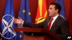 Makedonski premijer Zoran Zaev posle svečane ceremonije podizanja zastave NATO ispred makedonske vlade, Foto: AP Photo/Boris Grdanoski