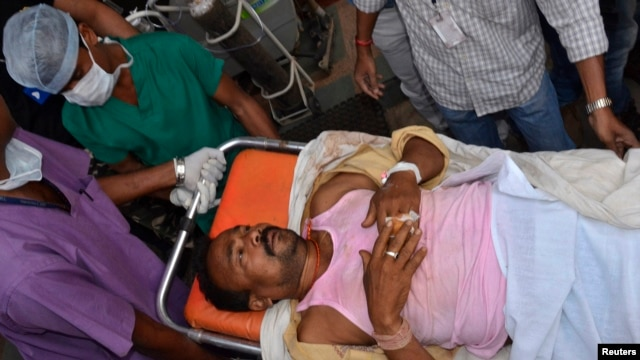 A member of election duty staff who is injured after a bomb blast, is taken to a hospital at Raipur in the eastern Indian state of Chhattisgarh, Apr. 12, 2014.