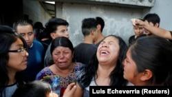 A imigrante da Guatemala, Maria del Carmen Tambriz, chora depois de ser deportada sem a sua filha, depois de terem sido separadas na fronteira.