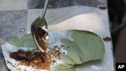 Sebagian besar penduduk Myanmar masih mengunyah daun sirih, kebiasaan yang berisiko tetapi populer di banyak negara Asia. (Foto: dok).