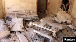 Bagian dari ruangan rumah sakit di Aleppo, Suriah hancur akibat serangan bom Sabtu (1/10).
