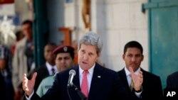 Menlu AS John Kerry memberikan sambutan dalam pembukaan sebuah jalan dekat gereja Nativity di Tepi Barat, Bethlehem (6/11).