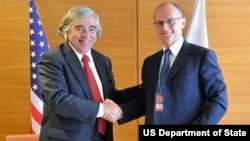 U.S. Secretary of Energy Moniz and Rosatom Director General Kirienko sign the U.S.-Russia Agreement on Cooperation in Nuclear- and Energy-Related Scientific Research and Development on the margins of the 57th IAEA General Conference in Vienna, Austria.