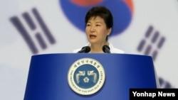 박근혜 한국 대통령이 지난 15일 세종문화회관에서 열린 제70주년 광복절 중앙경축식에서 경축사를 하고 있다.