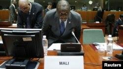 5일 벨기에 브뤼셀에서 열린 국제회의에 참석한 티에만 위베르 쿨리발리 말리 외무장관(가운데).