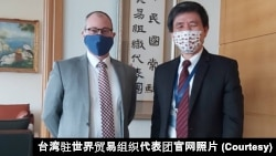 美国驻世界贸易组织代表团代办毕斯比(左)2021年2月11日在日内瓦台湾驻世界贸易组织代表团办公室与罗昌发代表会面(台湾驻世界贸易组织代表团官网照片)
