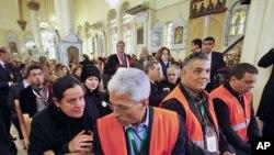 ایک شامی خاتون عرب لیگ کے ایک مبصر سے گفتگو کرتے ہوئے