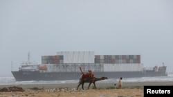 کارگو جہاز بدھ کو کراچی کے ساحل سی ویو کے قریب ریت میں دھنس گیا تھا۔