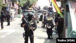 Polisi geledah kios milik terduga teroris di Solo, Kamis, 13 Agustus 2015 (Foto: VOA/ Yudha)