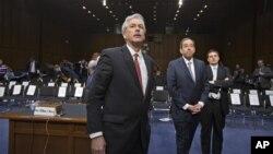 20일 리비아 주재 미국 영사관 피습 사건과 관련해 의회 청문회에 출석한 윌리엄 번스 국무부 부장관과, 토마스 나이즈 부장관(왼쪽부터).