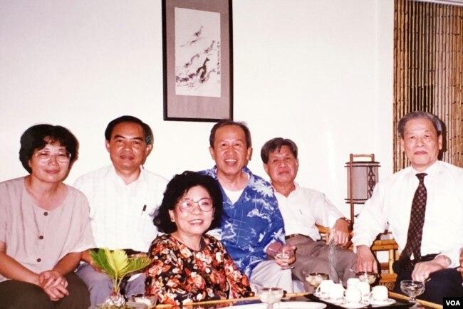Tại nhà Võ Phiến 30.07.1994, từ phải: Gs Trần Ngọc Ninh, Chủ nhiệm Bách Khoa Lê Ngộ Châu, anh chị Võ Phiến, vợ chồng Lê Tất Điều. [tư liệu Viễn Phố]