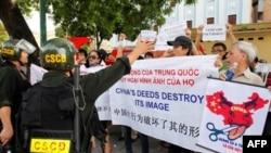 Người Việt biểu tình chống Trung Quốc gần sứ quán Trung Quốc ở Hà Nội, 3/7/2011