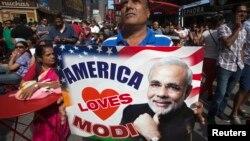 미국을 방문한 나렌드라 모디 인도 총리가 29일 바락 오바마 대통령과 회동할 예정인 가운데, 인도 총리가 뉴욕 타임즈스퀘어 앞에서 연설한 28일 한 지지자가 현수막을 들고 서 있다.