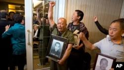 세계 2차대전 당시 일본 기업 미쓰비시에 강제동원되었던 중국인 피해자의 후손들이 1일 중국 베이징에서 시위를 벌이고 있다.