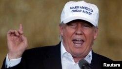 27일 아이오와주 디모인 유세에서 이민정책에 대해 언급하고 있는 도널드 트럼프 공화당 대통령 후보.