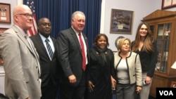 El disidente cubano conocido como Antúnez (segundo de la izquierda) se reunió con congresistas estadounidenses en el Congreso. [Foto: Gioconda Tapia, VOA]