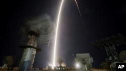 미국과 러시아 우주비행사를 태운 소유즈 MS-06 우주선이 13일 카자흐스탄 바이코누르 우주기지에서 국제우주정거장을 향해 발사되고 있다.