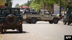 Des véhicules de la gendarmerie burkinabè bloquent une rue à Ouagadougou le 2 mars 2018,.