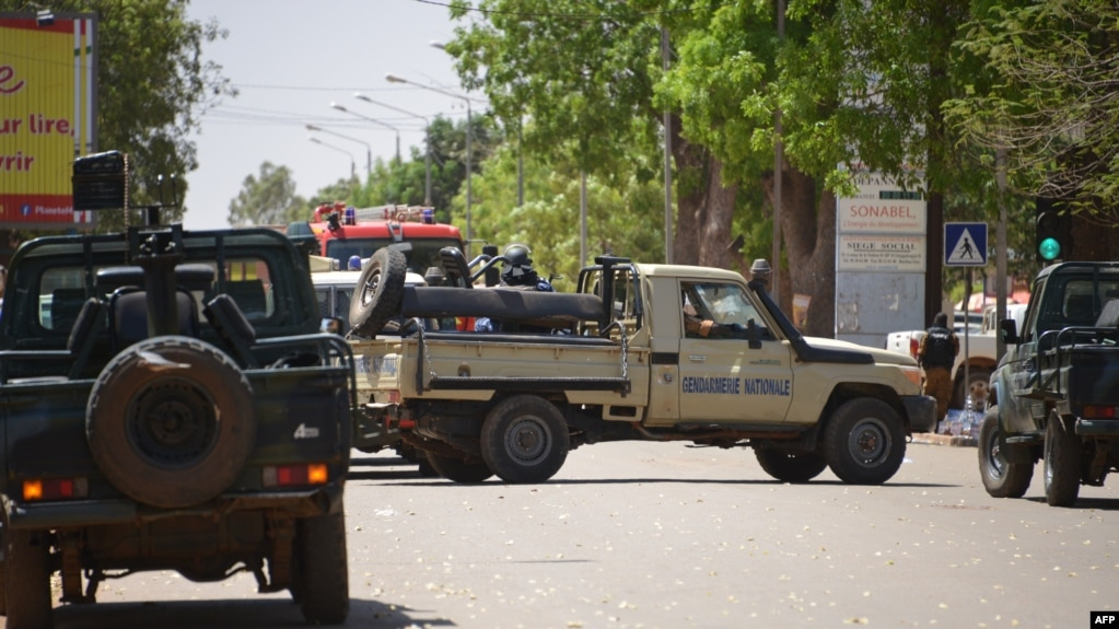 Des véhicules de la gendarmerie burkinabè bloquent une rue à Ouagadougou le 2 mars 2018.