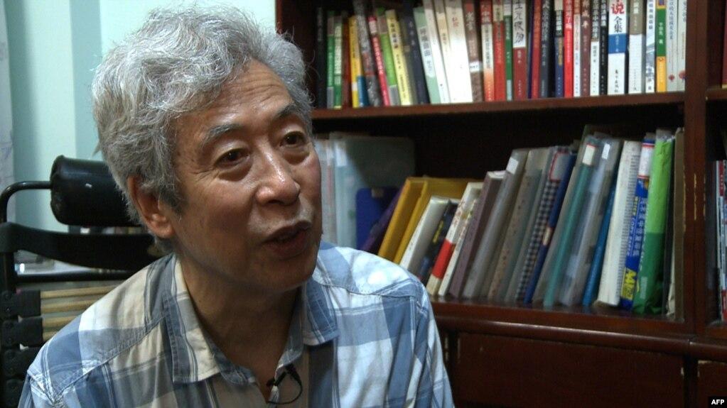 中国山东大学退休教授孙文广在济南家中接受访谈。(2013年8月28日)