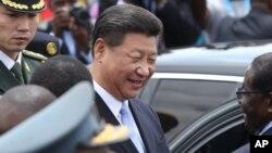 시진핑 중국 국가주석이 1일 아프리카 짐바브웨 하라레 시에 도착해 로버트 무가베 짐바브웨 대통령과 인사를 나누고 있다.
