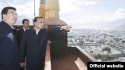 中国总理李克强在西藏自治区视察时登上布达拉宫。(2018年7月)