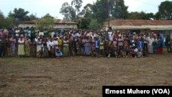 Une partie de la population de Kavumu, dont plusieurs mamans, suit le procès en dehors de la salle d'audience, en RDC, le 10 novembre 2017. (VOA/Ernest Muhero)