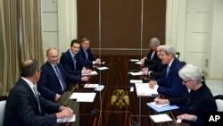 12일 러시아 소치에서 존 케리 미국 국무장관(오른쪽 두번째)이 블라디미르 푸틴 러시아 대통령(왼쪽 두번째)과 회담하고 있다.