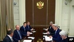 د بهرنیو چارو وزیر جان کیري په مسکو کې د ولسمشر ولادمیر پوتین سره وکتل