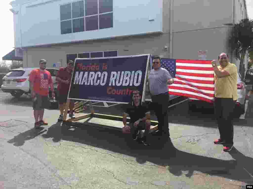 A group in Miami that supports Republican presidential candidate Marco Rubio built this signal to promote their candidate March 14, 2016, ahead of Tuesday's primary. (C. Mendoza/VOA)