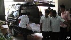 پریانتھا سری سینا کی لاش اسپتال سے منتقل کی جارہی ہے۔