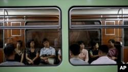 지난달 1일 북한 평양 지하철에 주민들이 타고 있다.