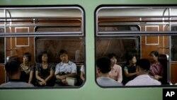 지난 2014년 북한 평양 지하철에 주민들이 타고 있다. (자료사진)